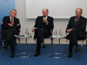 Generalleutnant a.D. Kurt Herrmann, Präsident der Clausewitz-Gesellschaft e.V., moderiert die Diskussion mit Generalleutnant Wosolsobe und Professor Dr. Epkenhans
