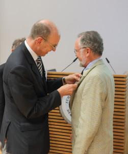 Präsident Kurt Herrmann (links) zeichnet Viktor Toyka mit der Clausewitz-Ehrennadel aus