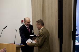 Dank an den Commander, GenLt Alfonso Ramirez Fernández