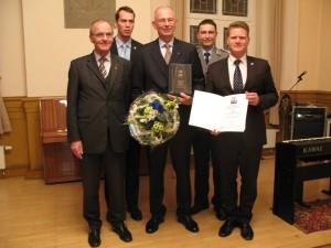 (vordere Reihe, von links) Dr. Klaus Olshausen, Dr. Oliver Corff, Bürgermeister Jörg Rehbaum