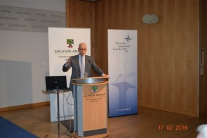 """Dr. Gundbert Scherf spricht zum Thema """"Wie stellen sich die Streitkräfte auf die künftigen strategischen Herausforderungen im Cyber-Raum ein?"""""""