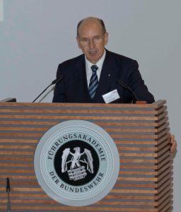 GL a.D. Kurt Herrmann bei der Begrüßung der Teilnehmer der 50. Sicherheitspolitischen Informationstagung