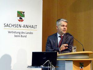 """Carlo Masala hält den ersten Impulsvortrag zum Thema """"Politische Rahmenbedingungen und Voraussetzungen für das Zusammenleben der Kulturen"""""""